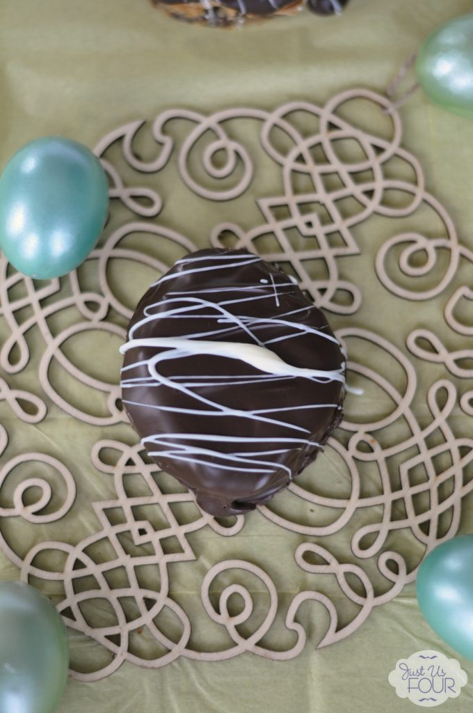 Peanut Butter Chocolate Chip Cookie Eggs #recipes #Easter #desserts #cookies