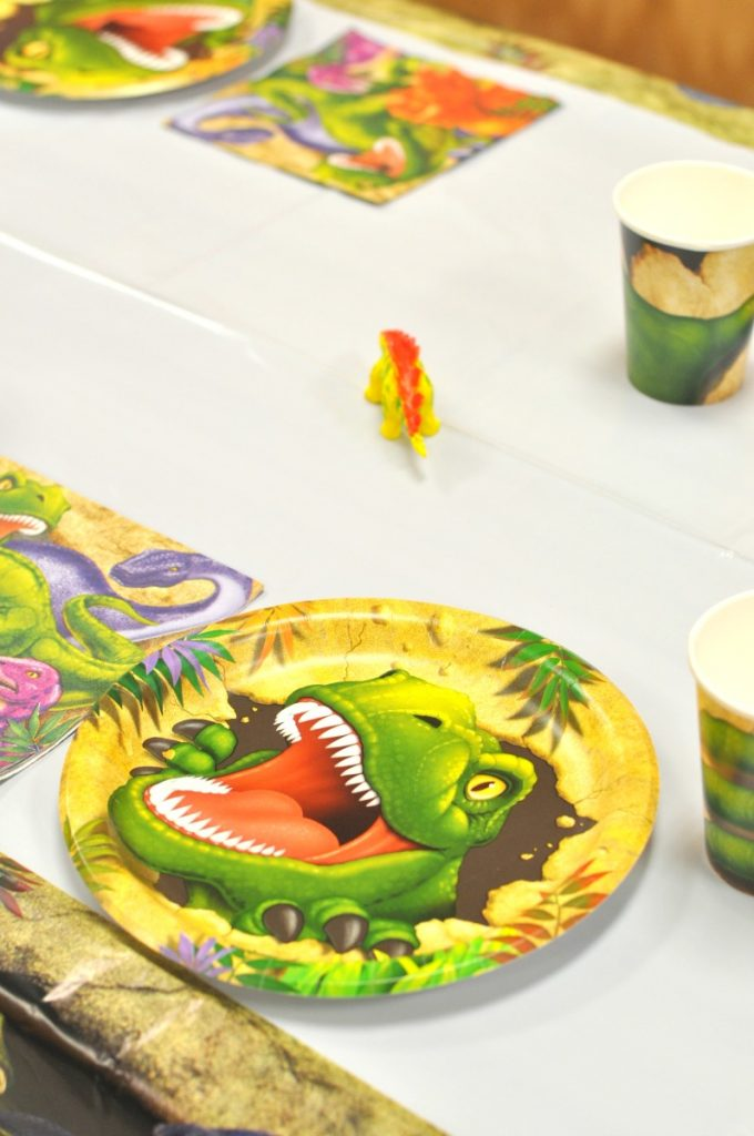 place-setting-dino-party