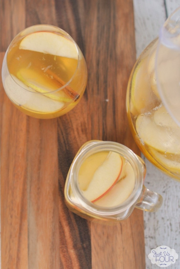 This might be the perfect fall cocktail! I love the fresh apples and pears.