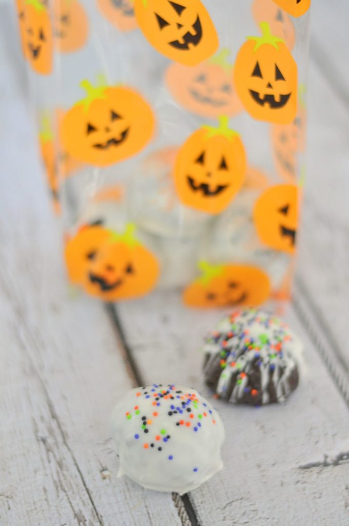 Boo your neighbors or just have a delicious Halloween treat with these Halloween Oreo truffles.