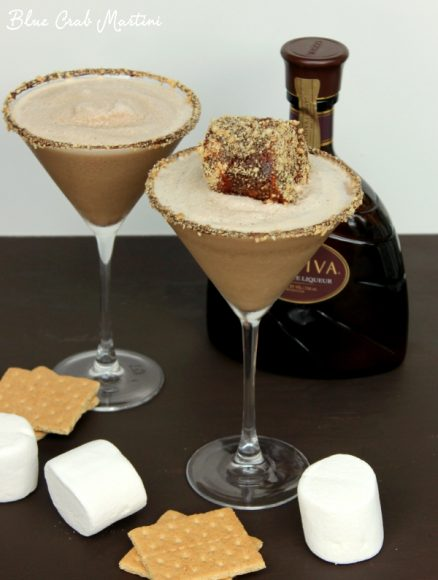 Who said s'mores are just for kids?! With marshmallow-infused vodka, rich chocolate, and sweet graham crackers, this Frozen S'moretini is the perfect drink for summer! | Blue Crab Martini