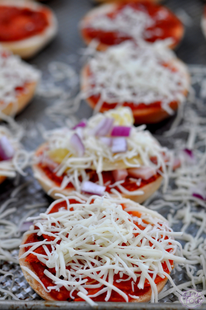 easy-bagel-pizzas-freezer-friendly-9
